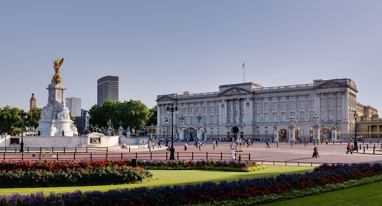 Buckingham_Palace_and_Victoria_Monument_-_September_2006